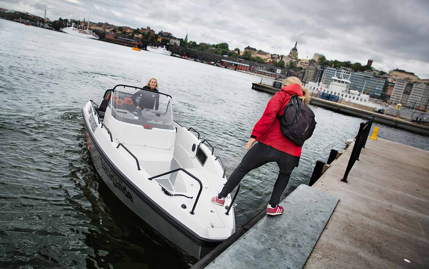 9.00 På väg mot Strömma Anna Sandgren är chefredaktör för Praktiskt Båtägande, men jobbar också mycket med tidningen Båtnytt. Den här dagen tar hon redaktionsbåten från Djurgården till Strömma. Dagen är vigd åt att testköra två nya vattenskotrar och en ribbåt.