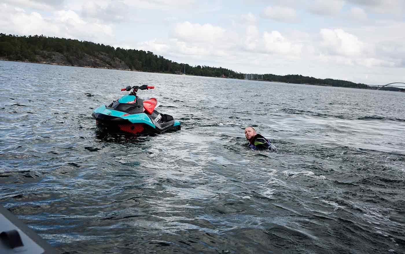 12.20 I plurret Det är vanligt att redaktionsmedlemmarna åker i sjön, speciellt när de testar vattenskotrar.