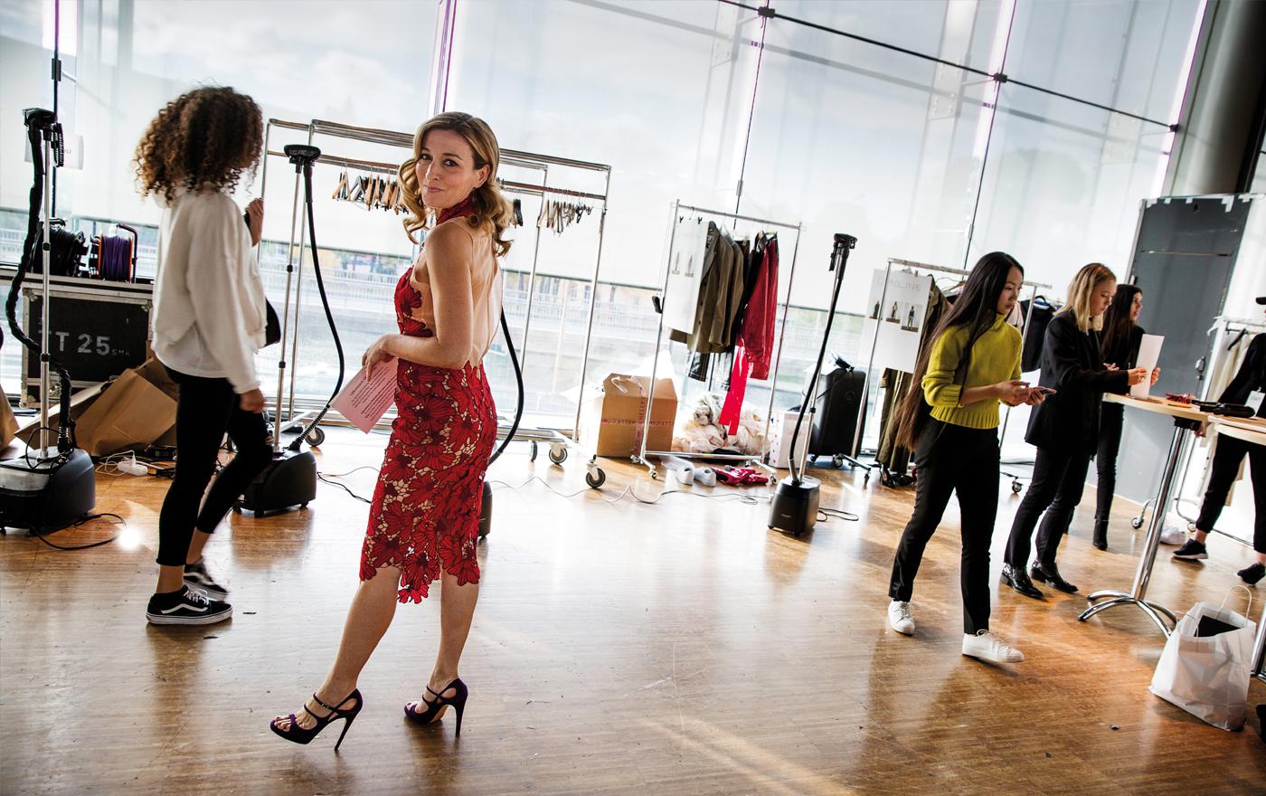 Bakom scenen på Sweden Fashion and Beauty Day pågår förberedelserna. Martina har på sig den första av de fem klänningar hon kommer att bära under dagen.