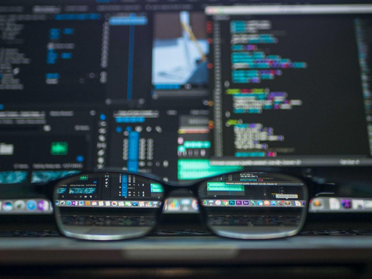 Glasögon och datorskärm
