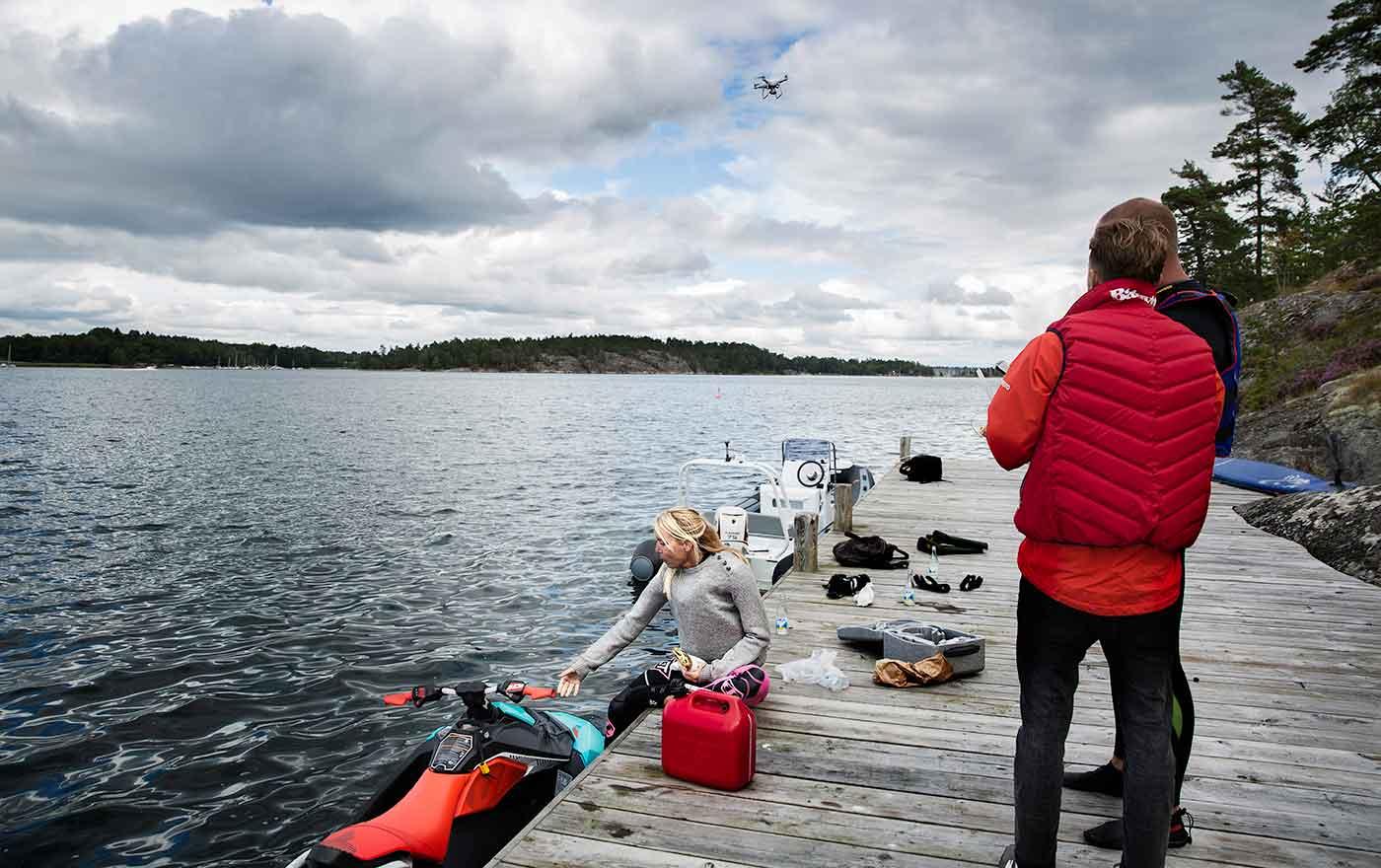 13.00 Ånej, mobilen! Lunch på närmaste brygga och påfyllning av diesel. Mikael Mahlberg som är redaktör och fotograf, inser att hans mobil, som legat ovanför ratten, nu befinner sig på havets botten.