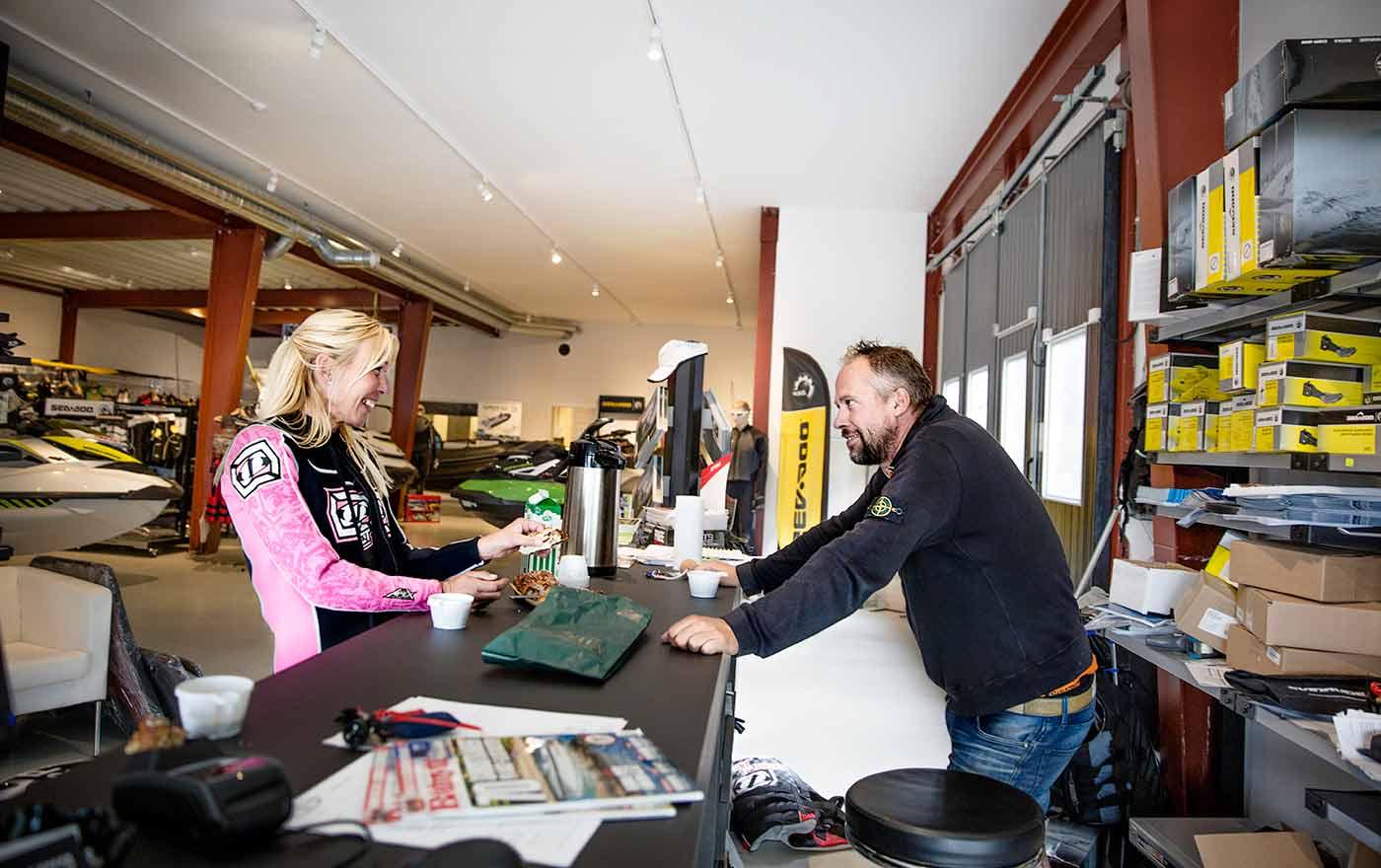10.50 Kaffe och bulle Anna byter om till våtdräkt och passar på att ta en fika innan det är dags att ge sig ut igen. Niklas van Doorn är återförsäljare och lånar ut både kläder, båt och skotrar.