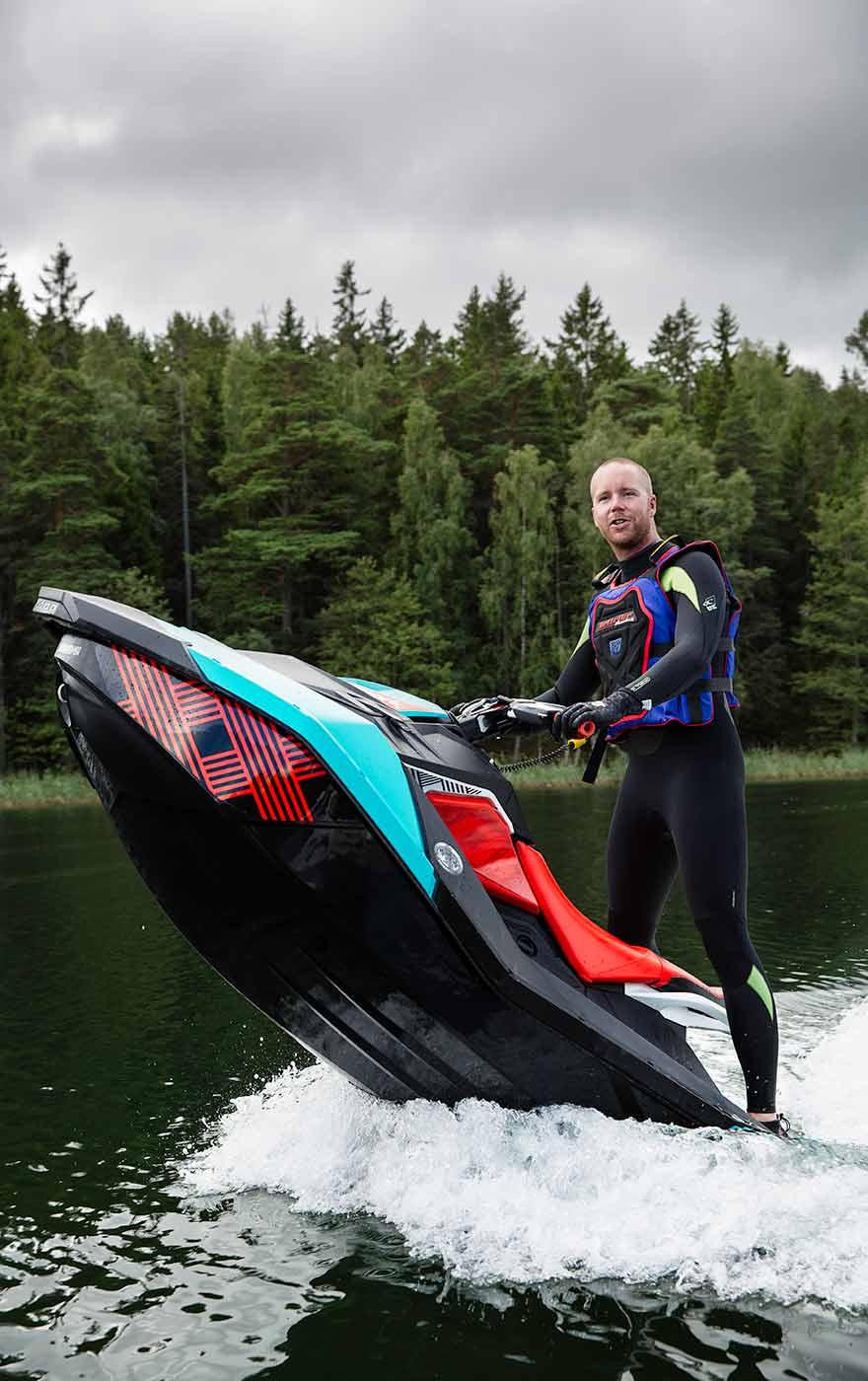 11.20 Körklar Max Carlgren, chefredaktör för Båtnytt, testar hur fort vattenskotern kan accelerera och hur den beter sig i vattnet. Anna kör den andra skotern, och kollegan Mikael Mahlberg fotograferar dem båda.