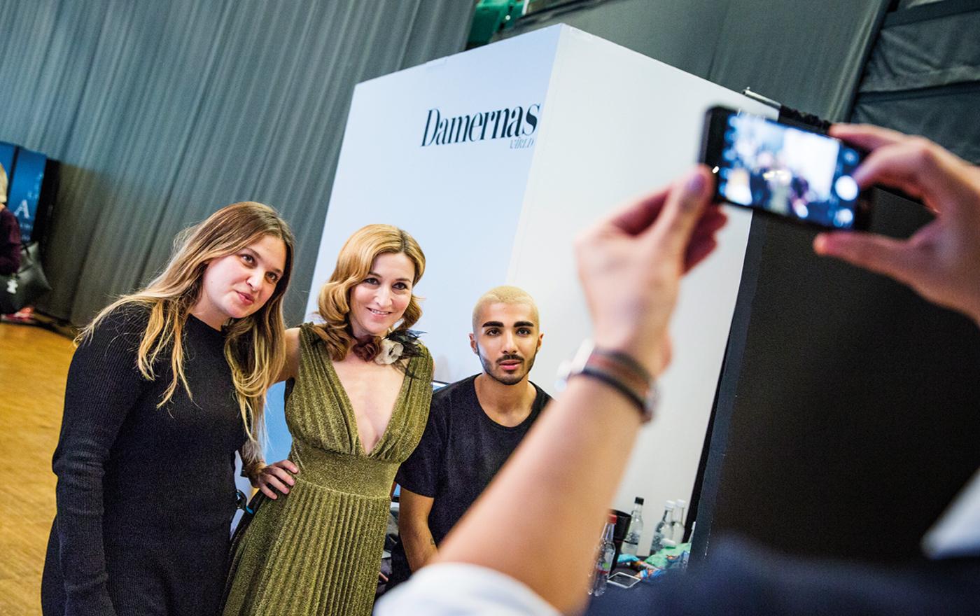 Martina tar en bild tillsamman med stylisten Nadia Kandil och modefotografen Rami Hanna.