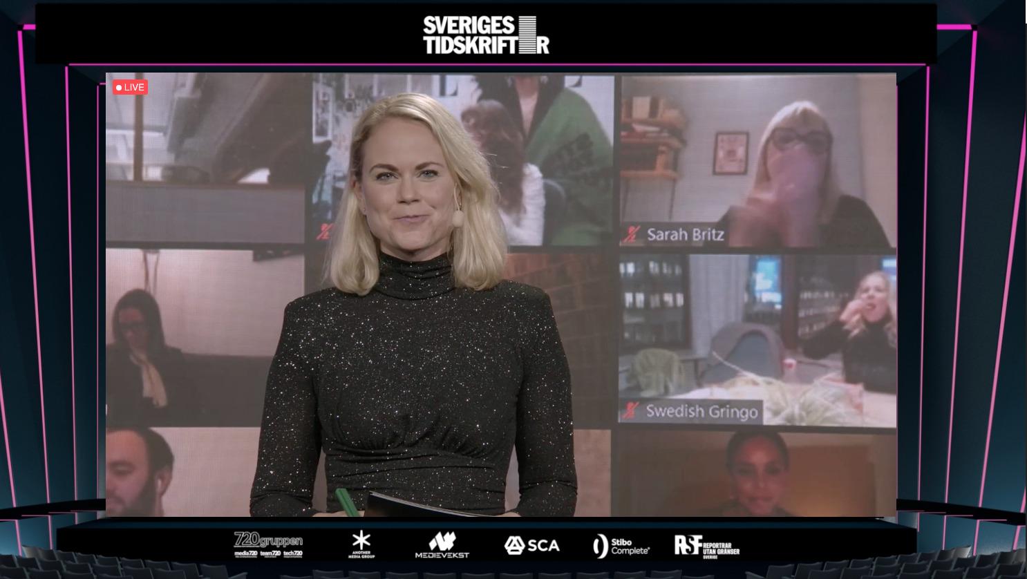 Camilla Björkman, vd Breakit, delar ut pris på Tidskriftsdagen